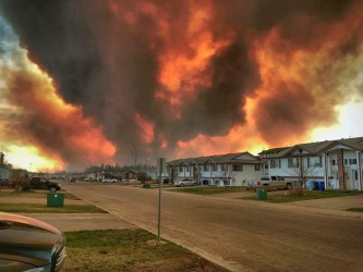 Wild fires approaching Fort McMurray in May 2016 ( file photo)